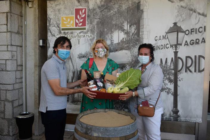 El nuevo Director General, junto con la Presidenta de la Cámara Agraria, Ángela Rojo del Águila, hicieron entrega a los ganadores del sorteo de la cesta de productos destacados de la edición